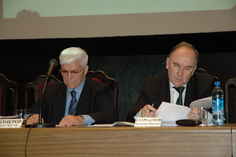 Члены президиума IVКонгресса— академики РАМН Николай Федотович ИЗМЕРОВ иВладимир Иванович СТАРОДУБОВ (2005)